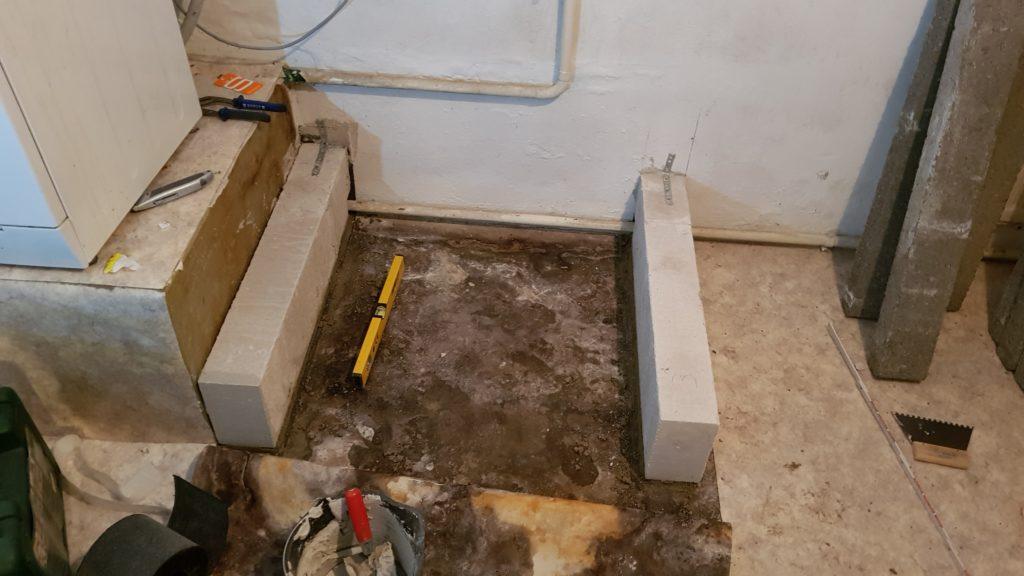 Verbinden des Podest mit der Wand mithilfe von Lochband