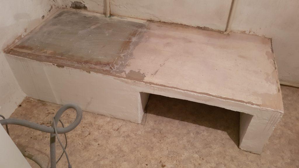 Sockel nach Verputzen der Wände und Streichen